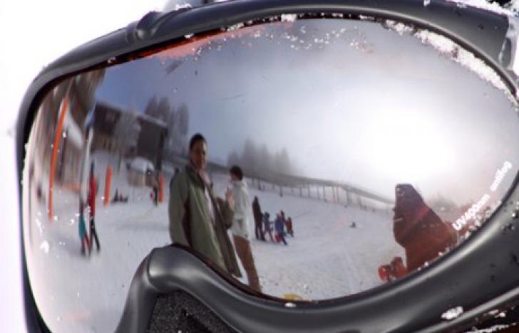 Goggle auf der sonnengebräunten Nase